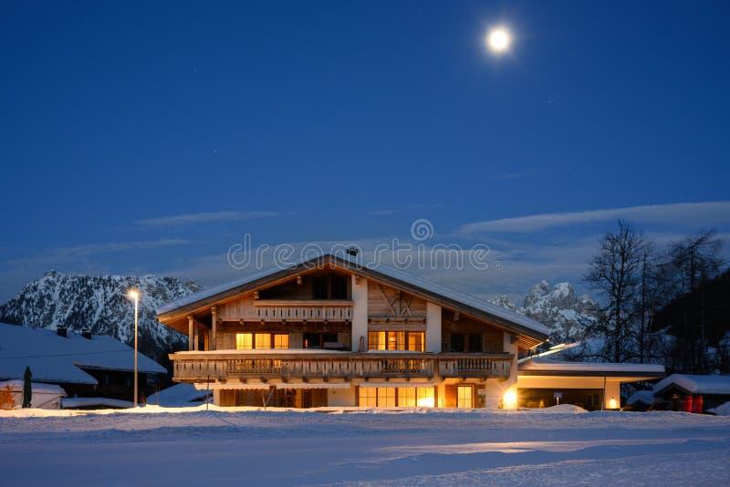 Traditionellt lantligt trähus på månsken royaltyfria bilder