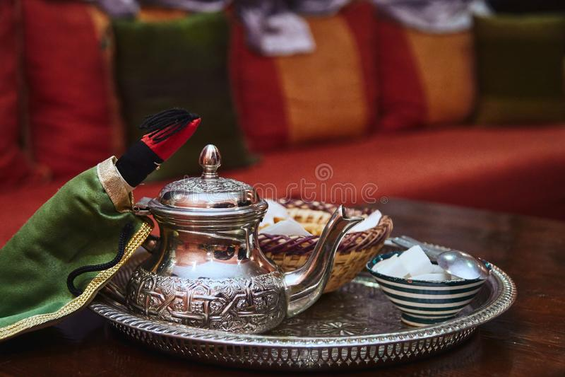 Traditionellt marockanskt försilvrar tekrukan arkivbild