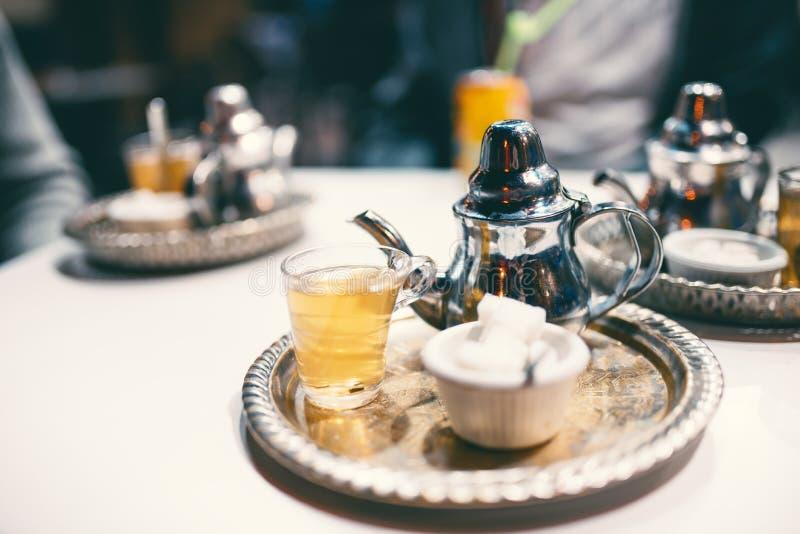 Traditionellt marockanskt mintkaramellte med socker i restaurangen royaltyfria foton