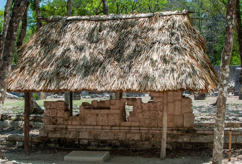 Traditionellt Mayan hus, Chichen Itza, Mexico royaltyfri foto