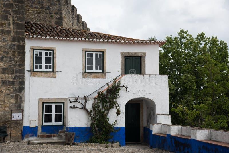 Traditionellt medeltida hus i Obidos, Portugal royaltyfri bild