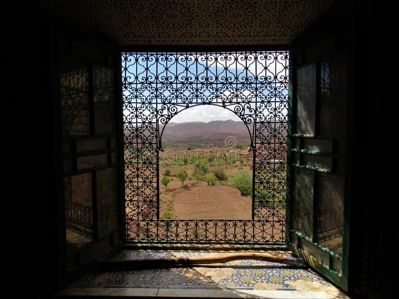 Traditionellt moroccan fönster för trä och för järn royaltyfria bilder