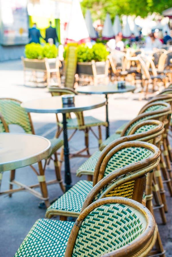 Traditionellt parisiskt kaffe royaltyfri fotografi