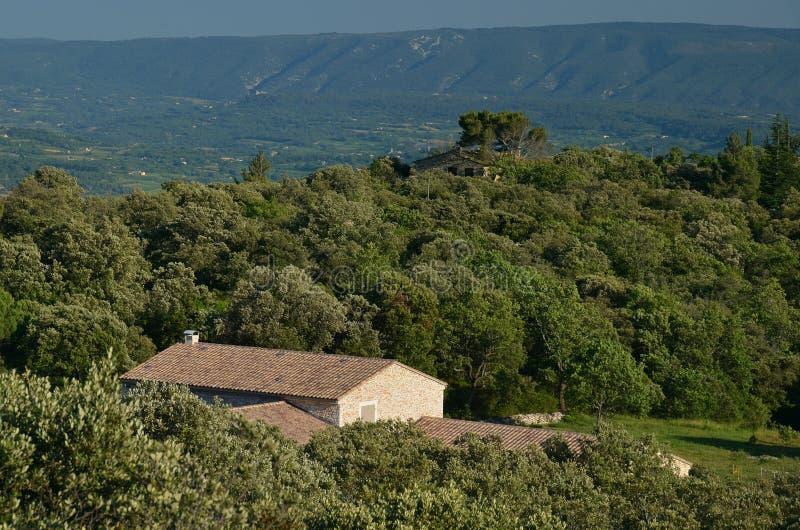 Traditionellt Provencal hus under Luberon berg royaltyfri foto