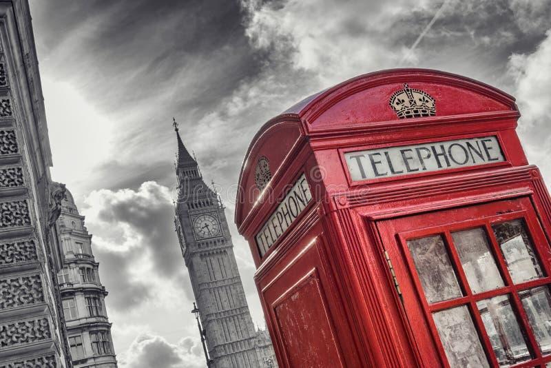 Traditionellt rött brittiskt telefonbås med Big Ben i London, arkivbilder