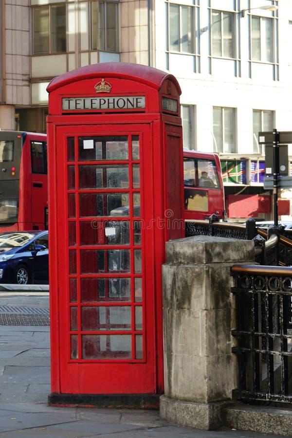 Traditionellt rött brittiskt telefonbås på en London royaltyfri foto