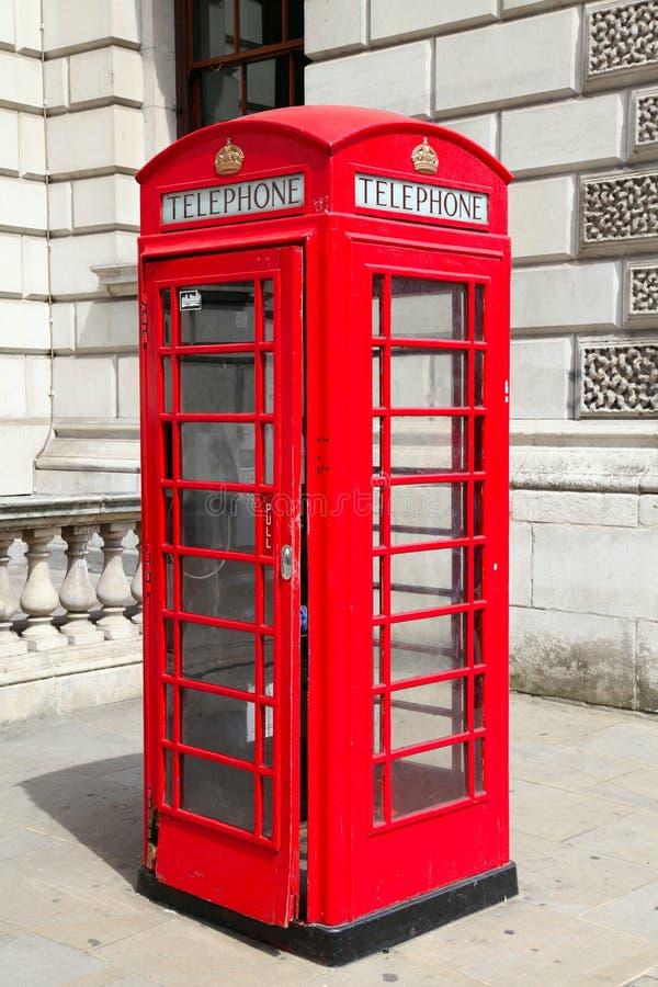 Traditionellt rött telefonbås i London fotografering för bildbyråer