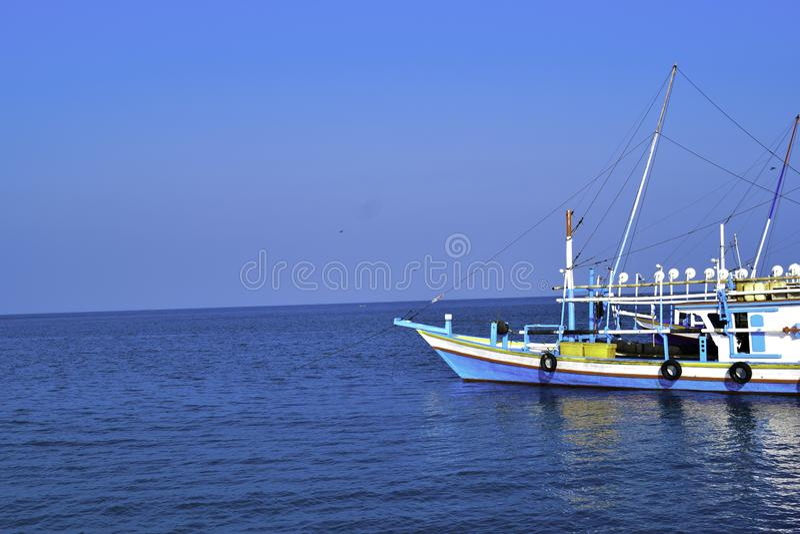 Traditionellt segla träfartyg på vattenparkeringen på hamnen i sommarferie i Lampung, Indonesien royaltyfri fotografi