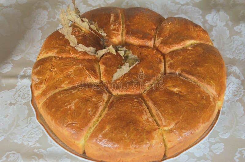 Traditionellt serbiskt hemlagat julbröd med julgranen och bröd arkivbild