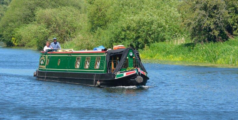 Traditionellt smalt fartyg på floden Ouse nära St Neots Cambridgeshire arkivbilder