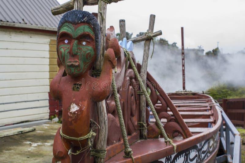 Traditionellt sniden kanot för maori trä royaltyfri fotografi