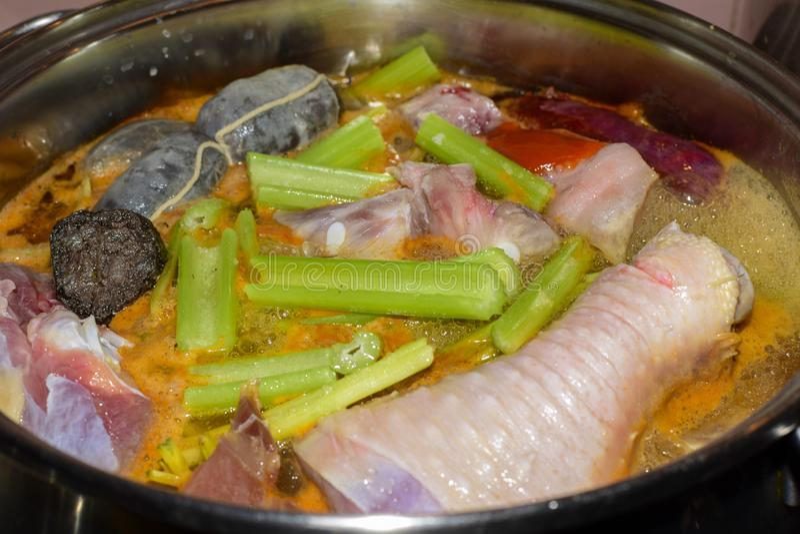 Traditionellt spanskt griskött och att chiken ragu med blodkorven N?ringbegrepp arkivfoto