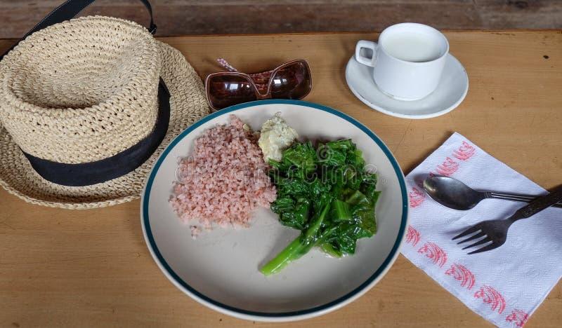 Traditionellt strikt vegetarianmål för frukost royaltyfria foton