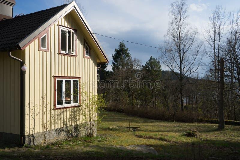 Traditionellt svenskhus i skog nära Horred, Sverige royaltyfri bild