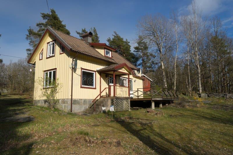 Traditionellt svenskhus i skog nära Horred, Sverige arkivfoton