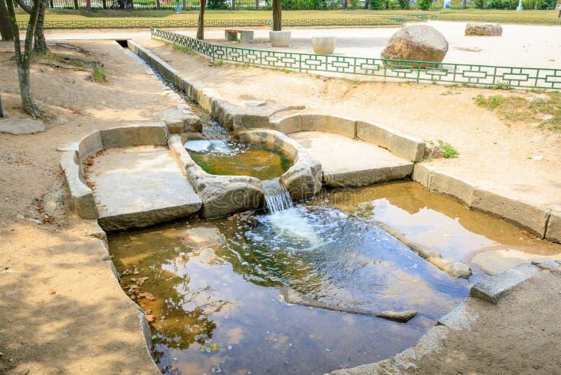 Traditionellt system för vattenfilter på den Donggung slotten i Gyeongju, royaltyfri foto