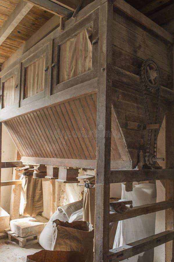 Traditionellt trämjöl maler utrustning royaltyfri fotografi