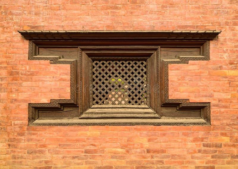 Traditionellt tränepalesiskt fönster royaltyfri fotografi