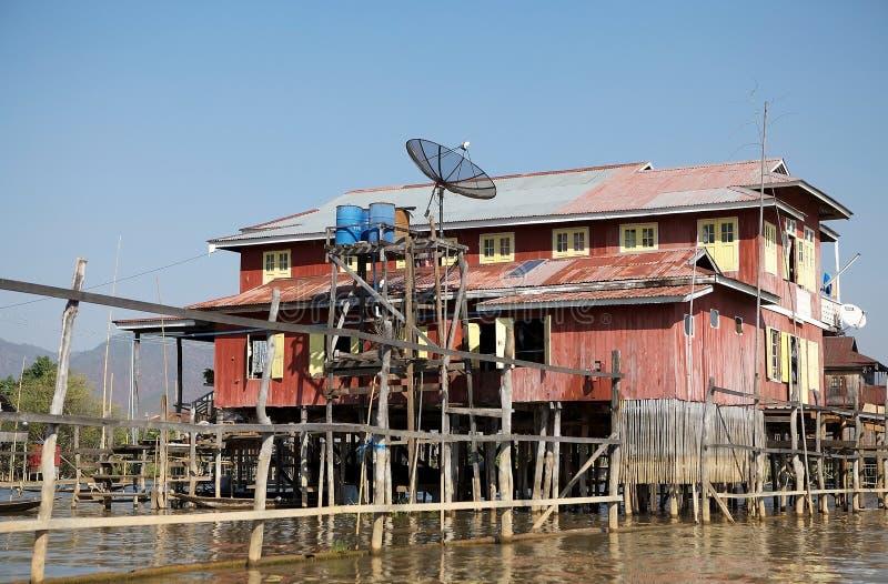 Traditionellt trästyltahus på sjön Inle Myanmar royaltyfri foto