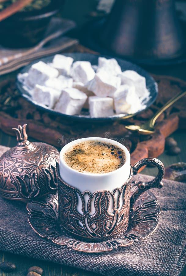 Traditionellt turkiskt kaffe med turkisk fröjd royaltyfri bild