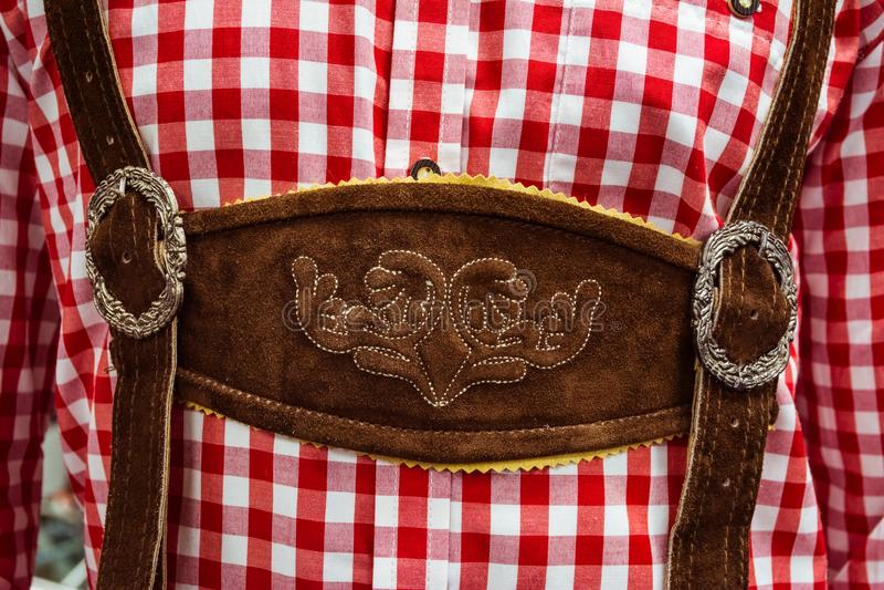 Traditionellt tyskt läder för LederhosenmittChestpiece Closeup fotografering för bildbyråer