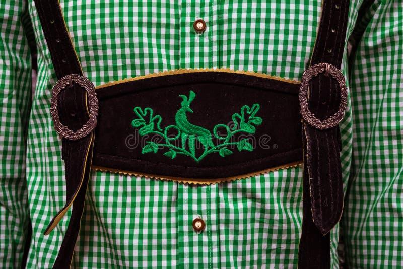 Traditionellt tyskt läder för LederhosenmittChestpiece Closeup royaltyfri bild