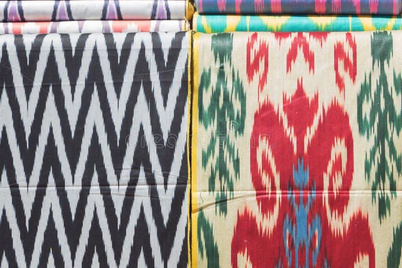 Traditionellt uzbekiskt asiatiskt silke Färgrik traditionell bild för bakgrund för tyg för textil för kartbok för uzbekxonatlasho royaltyfria bilder