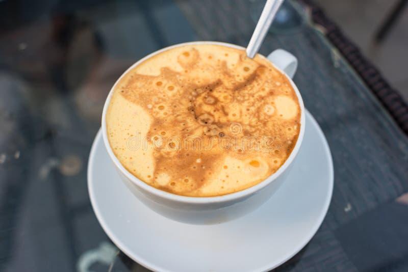 Traditionellt vietnamesiskt äggkaffe i en kopp royaltyfria bilder