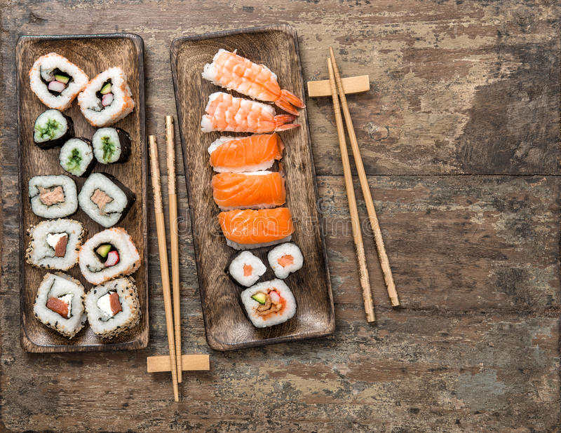 traditionnel japonais de nourriture Petits pains de sushi, maki, nigiri Fruits de mer image libre de droits