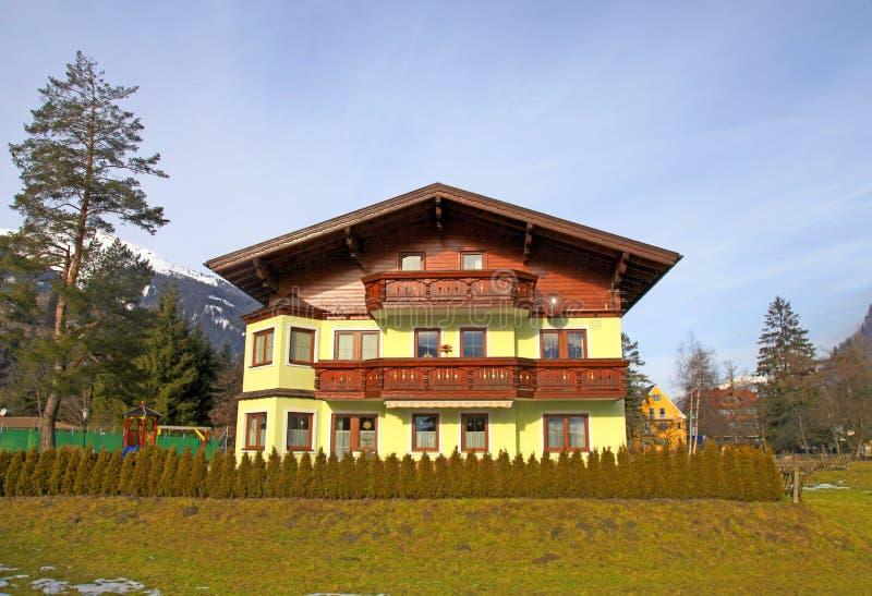 Traditionsgebirgshölzernes Chalet in den Alpen (Österreich) stockfotografie