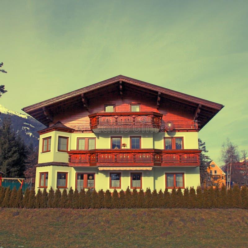 Traditionsgebirgshölzernes Chalet in den Alpen (Österreich) stockfoto