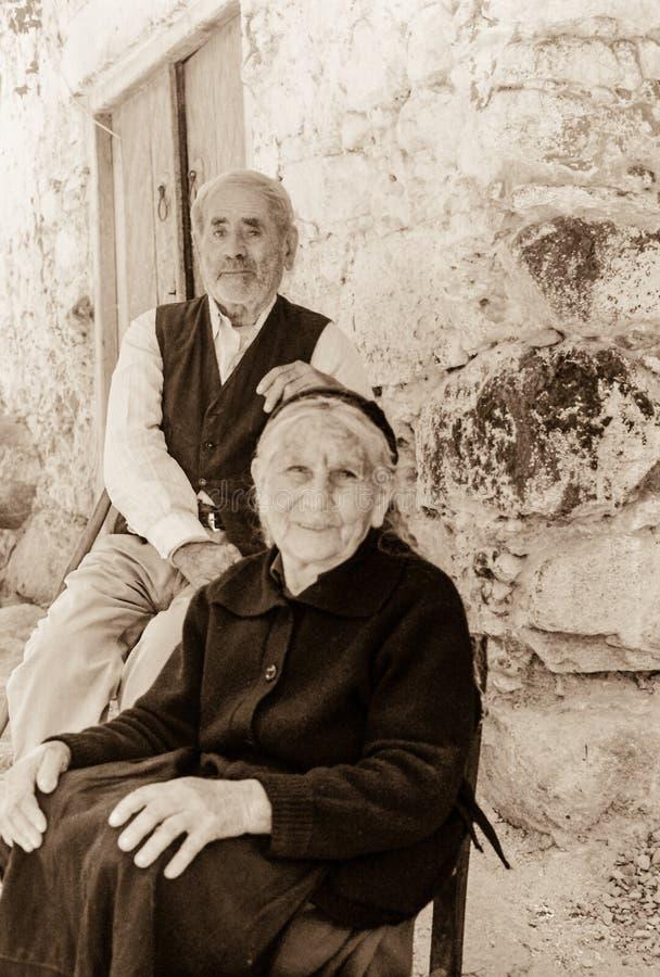 Traditionsgemäß gekleidete alte Paare in einem Dorf auf dem Troodos mou stockbild