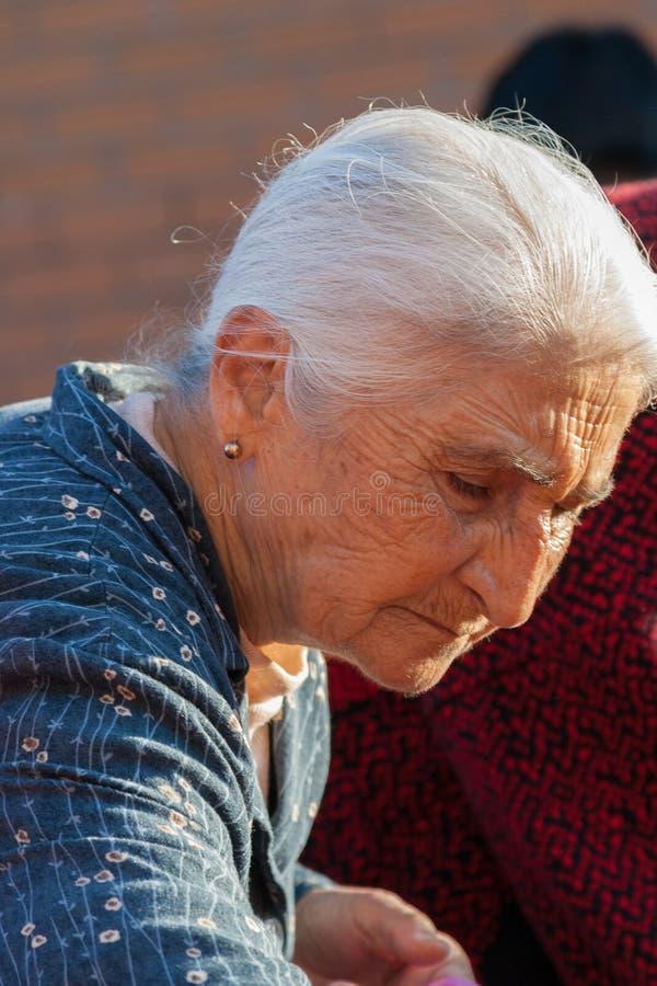 Traditionsgemäß gekleidetes Einkaufen der alten Frau im Nikosia Municipa stockfotografie