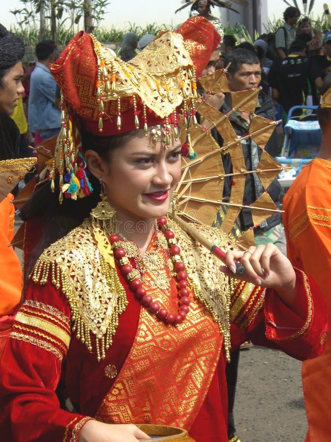 Traditionsgemäß gekleidetes indonesisches Mädchen stockfoto