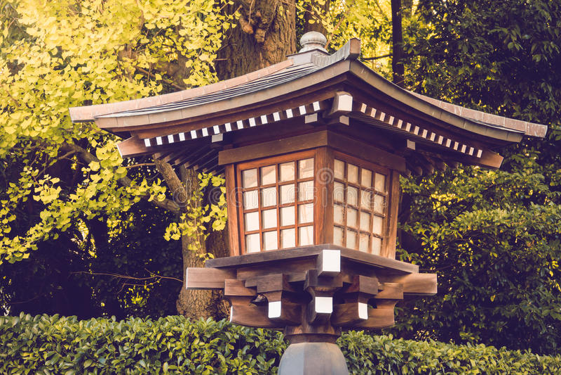 Traditionslykta som göras från trä i relikskrintemplet Japan royaltyfria foton