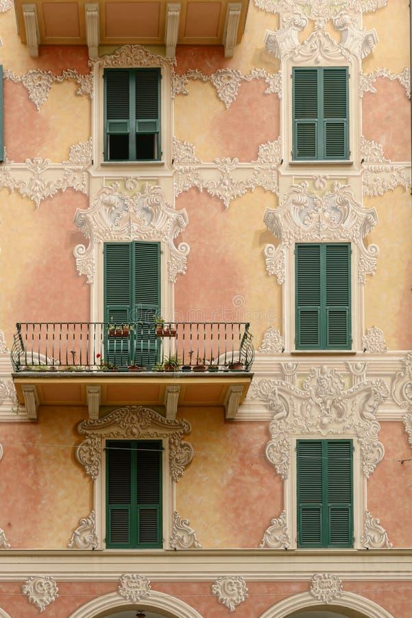 Traditonal malował fasadę, Chiavari, Włochy obrazy stock