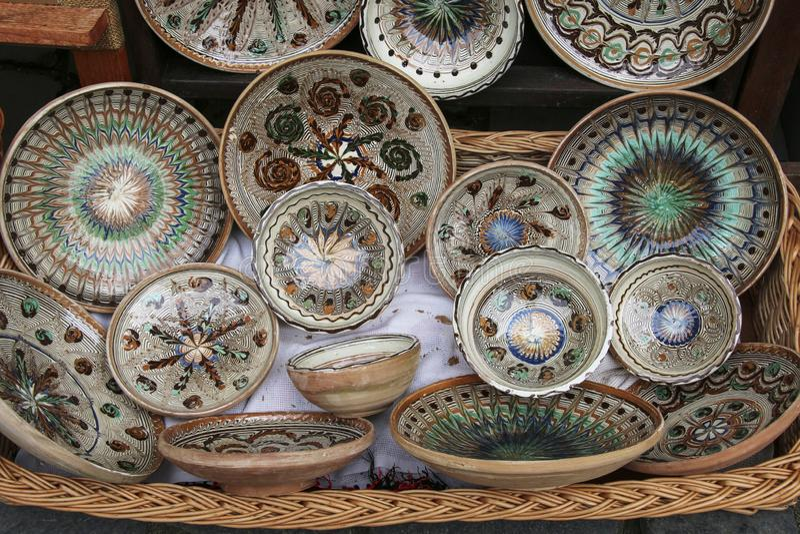 Tradizionale ha dipinto i piatti ceramici da vendere su uno dei mercati in Sighisoara, Romania immagine stock libera da diritti