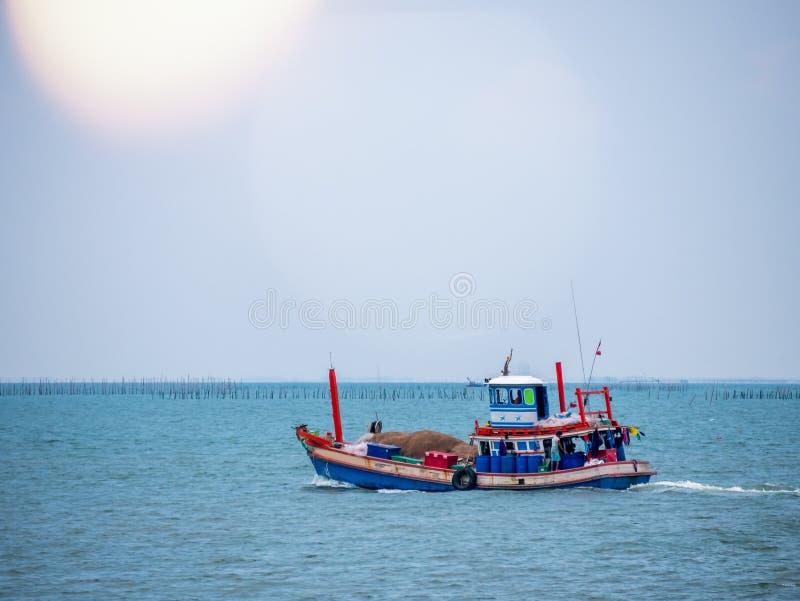 Tradizionale tailandese del peschereccio usato come un veicolo per l'individuazione del pesce nel mare al tramonto fotografie stock libere da diritti