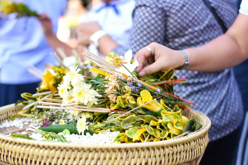 Tradizione buddista o festival Sai Khan Dok della colonna della città di Inthakin in Chiang Mai, Tailandia immagini stock