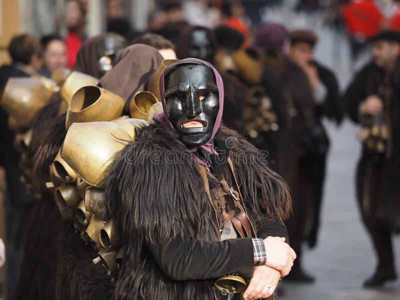 Tradizione di carnevale della Sardegna con Issohadores e la maschera dei mamuthones fotografia stock libera da diritti