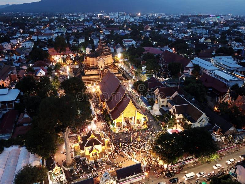 Tradizione di Sai Khan Dok di vista aerea a Wat Chedi Luang in Chiang Mai, Tailandia fotografia stock libera da diritti