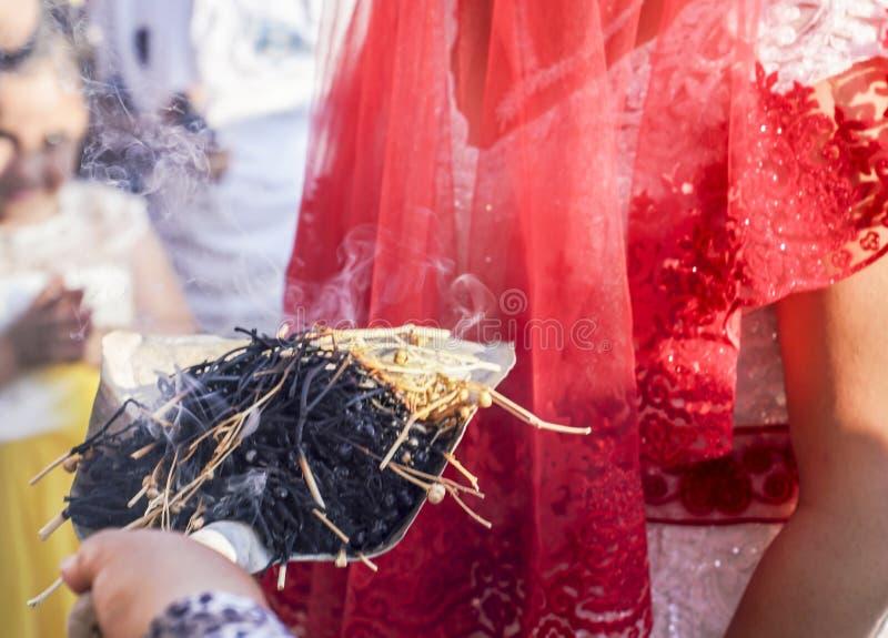 Tradizione di Shamanic per buona fortuna in Turchia rurale L'incenso dei bastoni dell'erba fuma va alle giovani coppie in una cer immagini stock libere da diritti