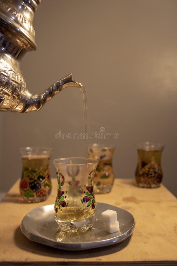 Tradizione islamica della preghiera seguente del tè immagini stock libere da diritti