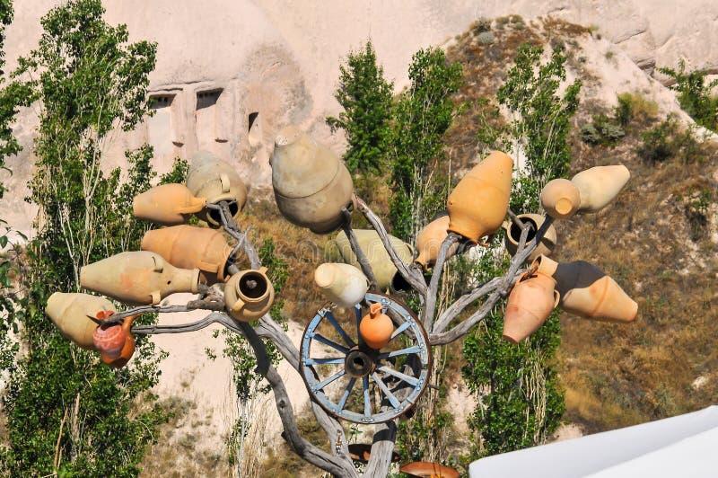 Tradizione in Turchia Pezzi di caduta di argilla sugli alberi immagini stock libere da diritti
