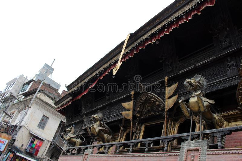 Tradução: A arquitetura em torno de Indra Chowk Bazaar em Kathm fotos de stock