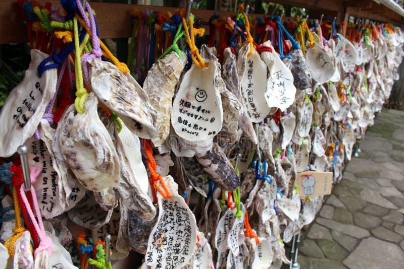 Tradução: ` O ` do ema do ` do ` da oração da de madeira-placa usado no ritual xintoísmo japonês no santuário de Oyama imagens de stock royalty free