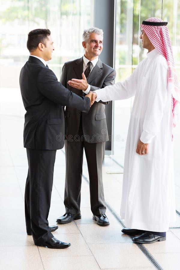 Traducteur présentant l'homme d'affaires images stock