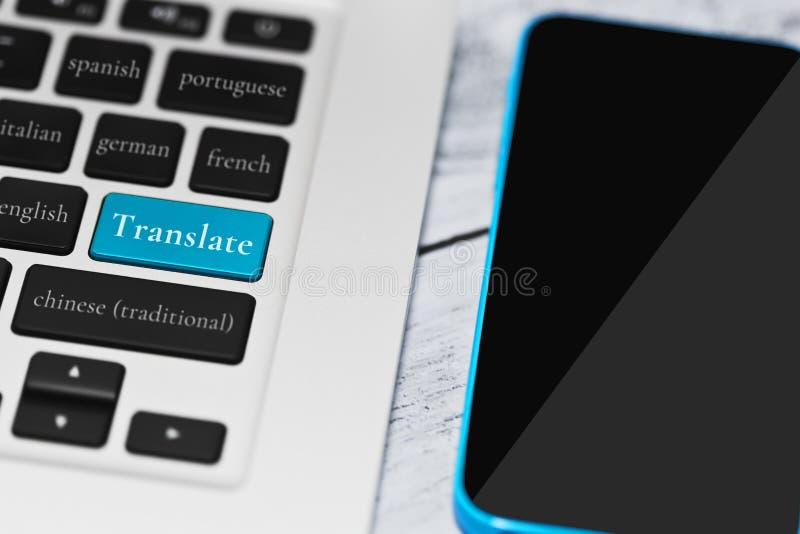Traduction en ligne par l'intermédiaire de concept de service informatique photographie stock