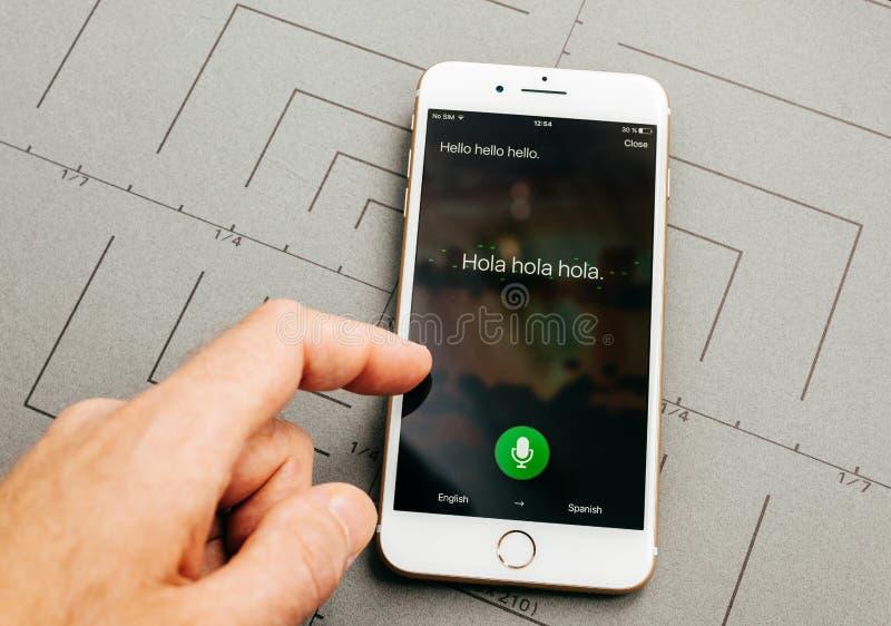 Traduttore di Microsoft sul iPhone 7 più il software applicativo immagini stock libere da diritti