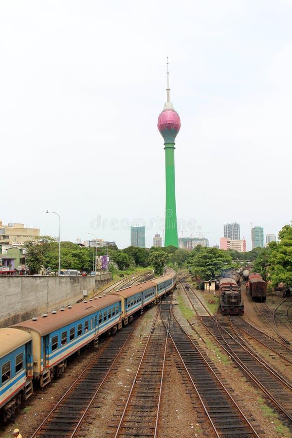 Traduzione: Colombo Lotus Tower, mentre un treno sta arrivando fotografia stock libera da diritti